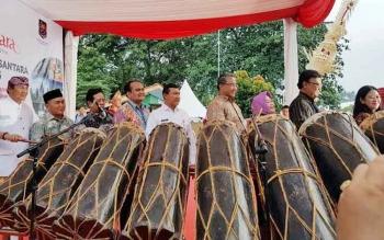Gubernur Kalimantan Tengah, H. Sugianto Sabran (dua kiri) menghadiri Pembukaan PPBI dan Nusantara Expo 2016. Acara tahunan ini dibukan oleh Menko Pembangunan Manusia dan Kebudayaan, Puan Maharani, di TMII Jakarta, Rabu (19/10/2016) sore. BORNEONEWS/DOK