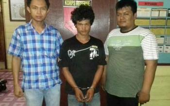 Dua anggota Polsek Tewang Sanggalang Garing dan Pulau Malan mengapit tersangka pelaku curanmor, Deni alias Sekoteng (tengah), Rabu (19/10/2016). BORNEONEWS/DOK
