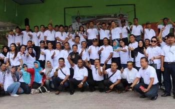 Peserta rapat temu teknis perkebunan se-Kalteng saat menghadiri acara penutupan yang berlangsung di lokasi pantai wisata Sungai Bakau, Kabupaten Seruyan, Rabu (19/10/2016). BORNEONEWS/PARNEN