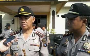 Kapolres Kaingan AKBP Tato Pamungkas Suyono (kiri) didampingi Kasat Binmas Iptu Srimulyono di halaman Mapolres setempat. BORNEONEWS/ABDUL GOFUR