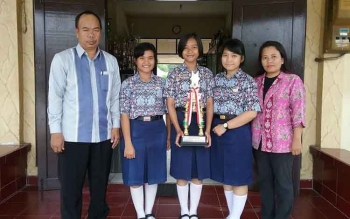 H. Arbusin Kepala SMAN 5 Palangka Raya (kiri) bersama guru pendamping Truli Kinarsih (kanan) berfoto bersama ketiga siswanya yang meraih juara dua dalam Debat Antinarkoba yang digelar Pemerintah Kota Palangka Raya. BORNEONEWS/TESTI
