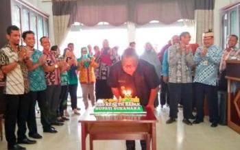 Bupati Sukamara, Saat meniup lilin kue ulang tahun dari Dinas Pekerjaan Umum (DPU) Sukamara diruang lobi kantor bupati Sukamara.