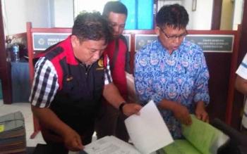 Penyidik Kejari Lamandau saat melakukan penggeledahan di Kantor BPN Lamandau dalam perkara Tipikor Pungli Prona, beberapa waktu lalu.