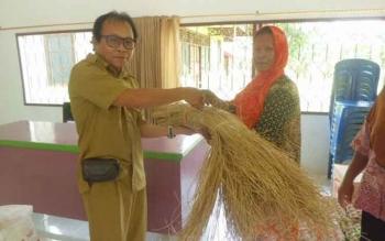 H Edi darmadi saat menyerahkan bantuan kepada warga lansia Desa Penda Asam