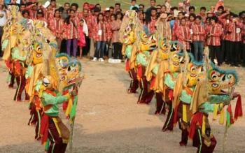 Salah satu kelompok peserta menampilkan tarian seni babukung pada Festival Seni Babukung 2015, di Nanga Bulik, Kabupaten Lamandau, Kalimantan Tengah. BORNEONEWS/HENDI NURFALAH