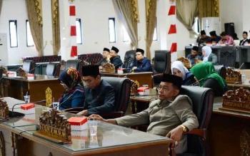 Ketua Komisi C DPRD Barito Utara, H Tajeri mengikuti Sidang Paripurna bersama anggota lainnya. BORNEONEWS/RAMADANI