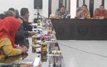 Anggota DPRD Gunung Mas Herbert Y Asin (tengah) memimpin pertemuan dengan anggota DPRD Balangan, Kalimantan Selatan, di DPRD Gumas, Kamis (20/10/2016). BORNEONEWS/EPRA SENTOSA