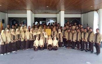 Bupati Kotawaringin Barat, Bambang Purwanto dan Ketua Umum DPD Lasqi Kobar, Hj. Nurhidayah, Kamis (20/10/2016), melepas Kafilah Kobar yang akan mengikuti Festival Seni Qasidah V di Kapuas. BORNEONEWS/KOKO SULISTYO