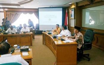 Gubernur Kalimantan Tengah, Sugianto Sabran membahas desain HTR dengan Menteri LHK Siti Nurbaya Bakar, di Kementerian Lingkungan Hidup dan Kehutanan, Jakarta, Kamis (20/10/2016). BORNEONEWS/M. MUCHLAS ROZIKIN