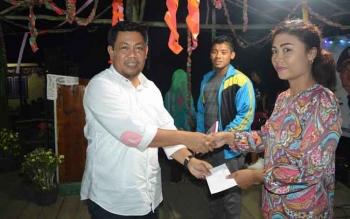 Bupati Ahmad Yantenglie menyerahkan hadiah kepada pemenang pada penutupan pekan olahraga kecamatan (Porcam) di Baun Bango Kecamatan Kamipang, Rabu (19/10) malam.BORNEONEWS/ABDUL GOFUR