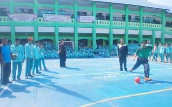 Kepala Kantor Kementerian Agama Barut H Tuaini Ismail melakukan tendangan pertama, tanda dimulainya pertandingan Futsal, dalam rangka Hari Ulang Tahun (HUT) Madrasah Aliyah Negeri Muara Teweh, Jumat (21/10) di halaman sekolah.(PPOST/AGUS SIDIK)