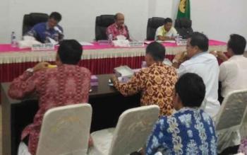Sekda Gunung Mas, Kamiar (tengah) memimpin rapat pembahasan dana hibah pada RKA-PPKD tahun anggaran 2017 di ruang rapat lantai I kantor Bupati Gumas, Jumat (21/10/2016) siang. BORNEONEWS/EPRA SENTOSA