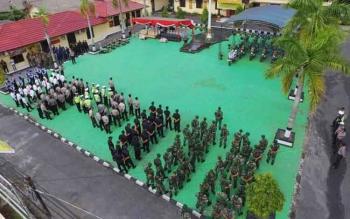 TNI-Polri serta instansi terkait melakukan apel pasukan dalam persiapan Pilkada Kobar 2017 mendatang di halaman Mapolres Kobar, Jumat (21/10/2016) lalu. Jumlah DPT Pilkada Kobar berubah menjadi 175.880 Pemilih.