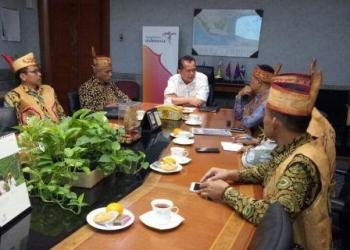 Asisten Deputi Pengembangan Segmen Pasar Personal Kemenpar RI, Raseno Arya (tengah) sat menerima Panitia Festival Babukung yang dipimpin Bupati Lamandau, Marukan,