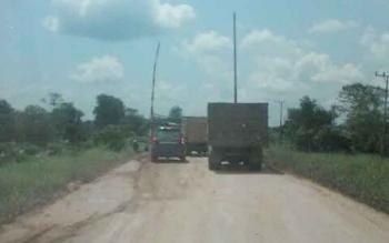 Tampak beberapa kendaraan bertonase besar di jalan Pangkalan Bun-Kotawaringin Lama, Kotawaringin Barat. Truk melintas di palang portal pembatas kendaraan yang diduga sengaja dirusak. BORNEONEWS/RADEN ARIYO