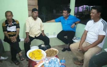 Kapolres Barut AKBP Roy HM Sihombing (kos biru) santai bersama warga RT 33, bersilaturrahim memotivasi masyarakat agar meningkatkan kamtibmas, Sabtu (22/10/2016). BORNEONEWS/PPOST/AGUS SIDIK