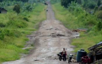 Ruas jalan penghubung Kuala Pembuang - Telaga yang berada di Desa Halimaung Jaya, daerah transmigrasi unit IV Kecamatan Seruyan Hilir Timur. Meskipun hujan lebat, ruas jalan penghubung itu oleh pengendara masih dipilih sebagai alternatif perjalanan singkat, sebab masih nyaman untuk dilalui.