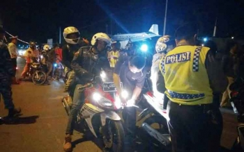 Polisi dibantu TNI dan Satpol PP menggelar Razia di kawasan Bundaran Pancasila, Pangkalan Bun. Sebanyak 95 sepeda motor diamankan saat razia. Sabtu (22/10/2016) malam. BORNEONEWS/FAHRUDDIN FITRIYA