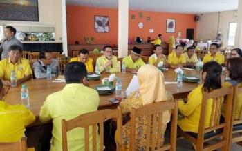 Ketua DPD Golkar Kalteng HM Ruslan AS sedang berbinang kepada sejumlah pengurus partai di DPD Kotim, Sabtu (22/10/2016).