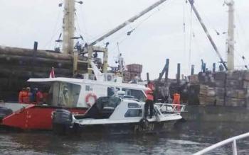 Tim gabungan sedang berupaya melakukan pencarian terhadap jasad korban tenggelam pada saat bekerja. BORNEONEWS/HAMIM