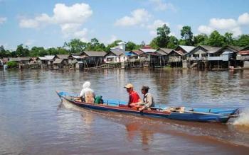 Sungai masih menjadi andalan jalur transportasi dan kebutuhan konsumsi sebagian warga Kabupaten Kotim. Di sepanjang alur sungai Mentaya, Kotim, juga masih banyak terdapat MCK apung.