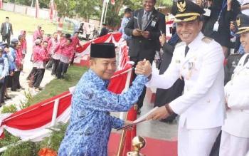 Kepala Dinas Kependudukan dan Pencatatan Sipil Kotim Marjuki menerima penghargaan dari bupati Kotim beberapa waktu lalu.