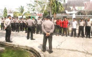 Aparat Kepolisian Apel didepan Kantor KPU Barito Selatan Belum lama ini