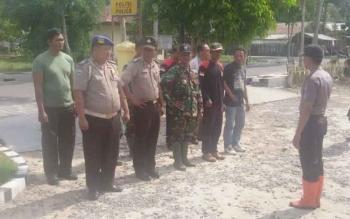 Anggota Polsek Sukamara saat diberi arahan oleh PS Kapolsek Sukamara, Ipda Bimasa Zebua sebelum melakukan pemantauan kelokasi titik api yang terbaca satelit TERRA-AQUA.