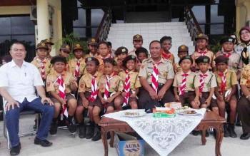 Wakil Wali Kota Palangka Raya, Mofit Saptono yang juga Ketua Kwarcab Kota Palangka Raya berfoto bersama anak-anak usia sekolah dasar. Menurut Mofit pendidikan yang ramah sangat penting bagi anak-anak.