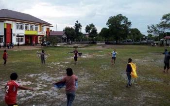 Seumlah peserta festival Babukung saat berlatih di halaman kantor Kecamatan Bulik, Nanga Bulik, belum lama ini. BORNEONEWS/HENDI NURFALAH