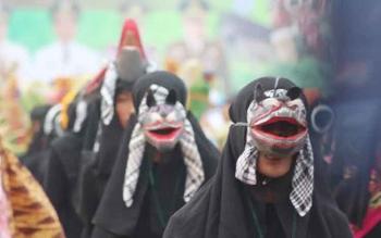 Salahsatu peserta Festival Babukung tahun 2015 tampak mengenakan luha/topeng Bukung hantu