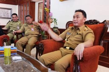 Gubernur Kalteng, Sugianto Sabran bersama Asisten II Sekda Pemprov Kalteng, Syahrin Daulay.