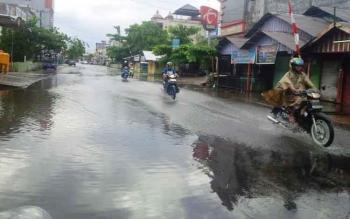 Suasana di sebuah jalan di Kota Sampit, Kotawaringin Timur, saat hujan. Kepala Stasiun BMKG Kotim, Nur Setiawan, Senin (24/10/2016), minta warga mewaspadai musim hujan. BORNEONEWS/M. RIFQI