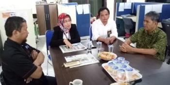 Kepala Kantor Pelayanan Pajak (KPP) Pratama Pangkalan Bun, Artiek Purnawestri, didampingi Kasi Extensifikasi Slamet Margono (tengah) saat berkunjung ke Kantor Borneonews, Senin (24/10/2016).