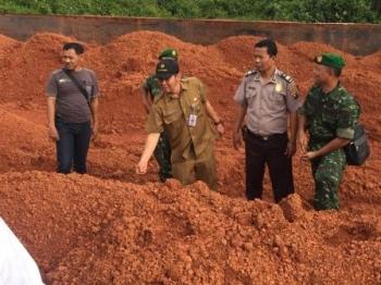 Tim sidak yang dipimpin Kepala Distamben Pemprov Kalteng sedang memeriksa muatan bahan tambang yang sudah berada di dalam tongkang. BORNEONEWS/ROZIQIN