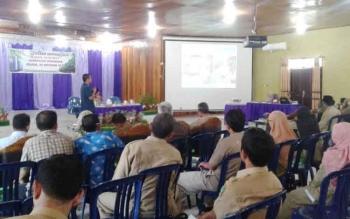 Kepala Badan Lingkungan Hidup (BLH) Sukamara, Iwan Miraza saat menyampaikan hasil evaluasi ekspos adipura diharapan wakil bupati Sukamara, Windu subagio dan tamu undangann lainnya di gedung Gawi Barinjam.