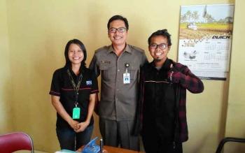 Sugiyanto, Kabid Kesehatan Hewan dan Kesehatan Masyarakat Veteriner (tengah), dan Agung Priantoko Leader Rumah Singgah Anjing Terlantar Palangka Raya (kanan) dan wartawan Borneonews Testi Priscilla, Selasa (25/10/2016). BORNEONEWS/DOK