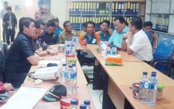 Wakil Ketua DPRD Kotim Parimus (kiri) saat memimpin mediasi dengan manajemen perusahaan perkebunan kelapa sawit, beberapa waktu lalu.
