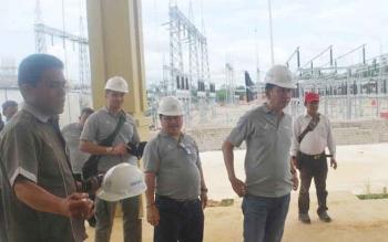 Bupati Barito Utara H Nadalsyah yang didampingi Ketua DPRD Barut Set Enus Y Mebas bersama jajarannya mengunjungi PLTMG Bangkanai di Desa Karendan, Kecamatan Lahei Barat.(PPOST/AGUS SIDIK)