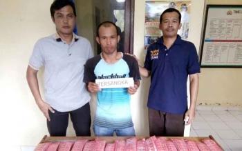 Pemilik 3.210 butir Zenith yang berhasil diamankan Polsek Bahaur, Senin (24/10/2016), dalam operasi aparat Polres Pulang Pisau, di Kahayan Kuala. BORNEONEWS/JAMES DONNY