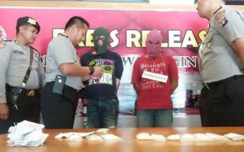 Kapolres Kotim AKBP Hendra Wirawan bersama sejumlah perwira dan anggota lainnya sedang mengintrogasi kedua tersangka bandar sabu saat berada di ruang tengah mapolres, Selasa (25/10/2016).