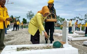 Sejumlah jajaran DPD Partai Golkar Provinsi Kalteng dan Kabupaten Kobar menabur bunga di makam pahlawan Indra Pura, Pangkalan Bun.