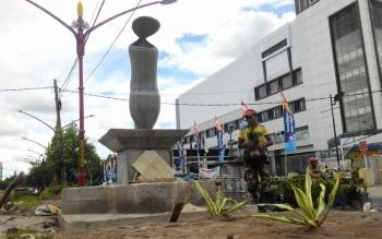 Pembangunan monumen Kantong Semar yang dijadikan Ikon Kota Palangka Raya di Jalan Tjilik Riwut km 1, Selasa (25/10/2016). BORNEONEWS/TESTI PRISCILLA