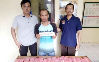 Saeraji (tengah) pemilik 3.210 butir zenith yang berhasil diamankan Polsek Bahaur. BORNEONEWS/JAMES DONNY