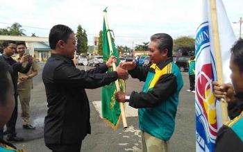 Bupati H. Edy Pratowo (kiri) melepas Kontingen POPPROV Pulang Pisau 2016, untuk mengikuti POPPROV XIV Kalteng di Palangka Raya, 30 Oktober - 5 November 2016. BORNEONEWS/JAMES DONNY
