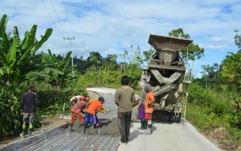 Kegiatan perbaikan jalan antar desa di Kabupaten Murung Raya. BORNEONEWS/SUPRIADI