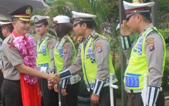 Kapolres Gunung Mas, AKBP Ardiansyah Daulay menerima penyambutan saat mulai bertugas di Gumas. Rabu (26/10/2016), Kapolres berjanji tindak tegas anggotanya yang terlibat pungli. BORNEONEWS/EPRA SENTOSA