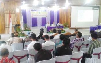 Sosialiasi lembaga adat yang digelar Badan Pemberdayaan Masyarakat Desa Pemberdayaan Perempuan dan KB (BPMDP–KB) Sukamara di gedung Gawi Barinjam, Rabu (25/10/2016). BORNEONEWS/NORHASANAH