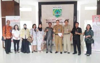 Ketua DPRD Gunung Mas Gumer dan sejumlah anggota DPRD menyempatkan foto bersama sejumlah pejabat di Kota Batu Provinsi Jawa Timur, Senin (25/10/2016). Kunker tersebut untuk mempelajari potensi-potensi PAD untuk diterapkan di Kabupaten Gumas.