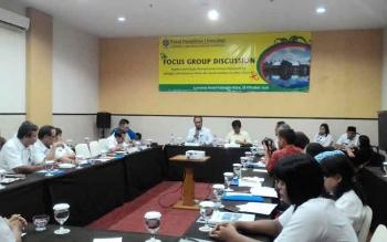 Mofit Saptono Wakil Wali Kota Palangka Raya dan Lukman, Peneliti Utama Bidang Limnologi LIPI saat membuka kegiatan FGD di Hotel Luwansa, Rabu (26/10/2016)